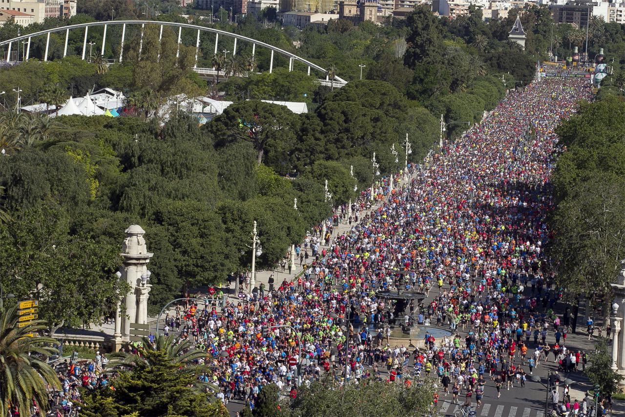 Corredores invaden la alameda y las calles de for Piscina de valencia alameda