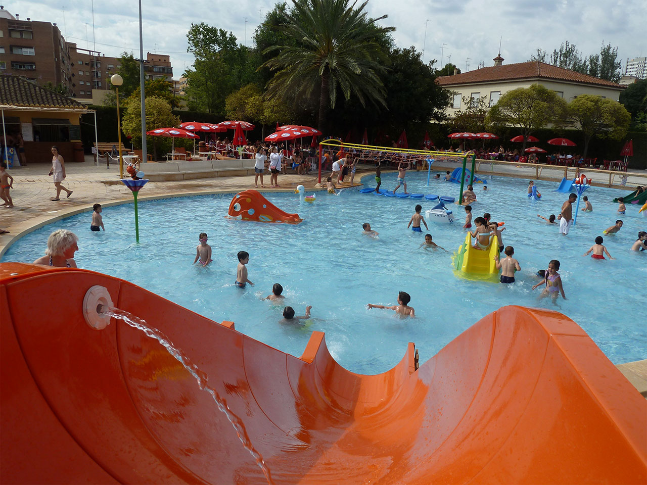 La apertura de la piscina del parque del oeste inaugura la for Piscina parque benicalap