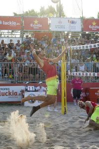 Jugadas espectaculares de voley playa en La Malvarrosa