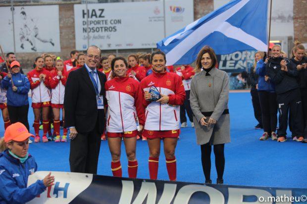 La concejala, Maite Girau, con las ganadoras