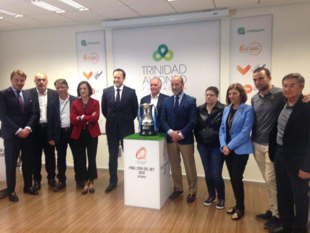 Foto de familia en la presentación de la final de la copa