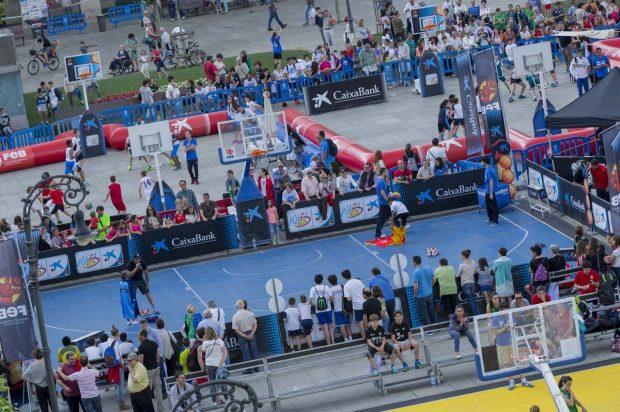 El Plaza 3×3 Caixabank llenarán de baloncesto la Plaza del Ayuntamiento de 10:00 a 18:00h.potenciando los aspectos lúdicos y educativosde este deporte en una actividad de acceso libre y gratuito previa inscripción.