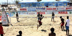 El torneo de futvoley en Valencia colabora con Cruz Roja en ayuda humanitaria a los inmigrantes