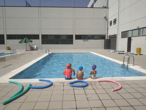 Durant un curs de natació per als més xicotets.