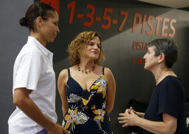 Durant la visita de Pilar Bernabé a l'Alquería del Bàsquet.