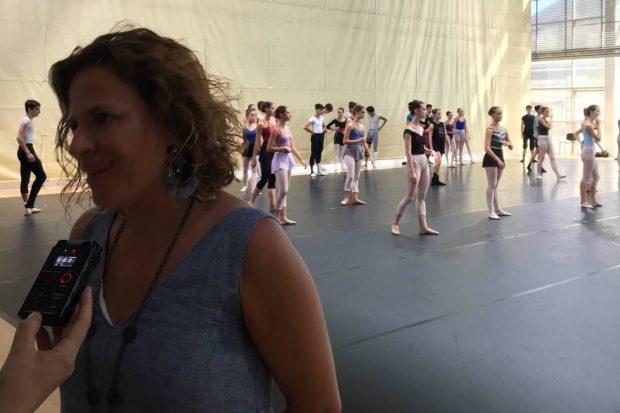 La regidora d'Esports, Pilar Bernabé, ha visitat este matí el X Campus Internacional de Dansa de València, que es desenvolupa des de dilluns passat a les instal·lacions del Centre Esportiu-Cultural La Petxina