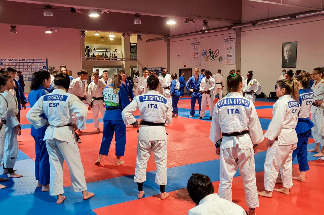 La concentració compta amb la participació de 120 esportistes de 17 països diferents
